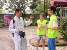 我校进行志愿者社区服务活动
